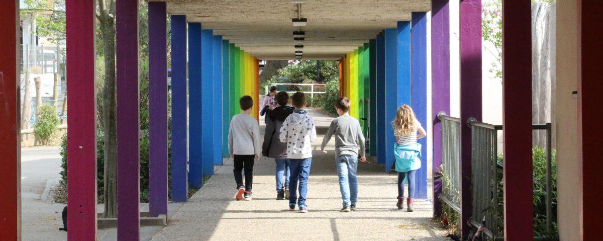 Kinder im Säulengang